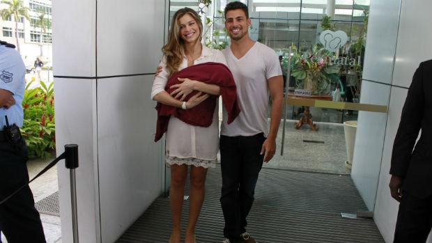 Grazi Massafera e Cauã Reymond deixam maternidade com a filha Sofia, hoje com 2 anos