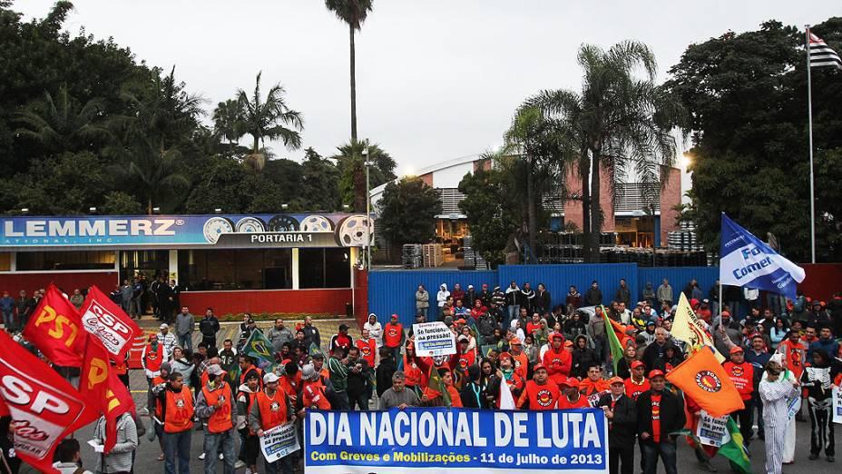 Sindicalistas se concentram na Rua Barão do Rio Branco, de onde seguem em passeata até o Shopping Internacional de Guarulhos (SP), próximo ao quilômetro 225 da Rodovia Presidente Dutra