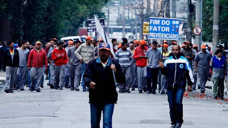 Ato de sindicalistas bloqueia Rodovia Raposo Tavares em São Paulo (SP)