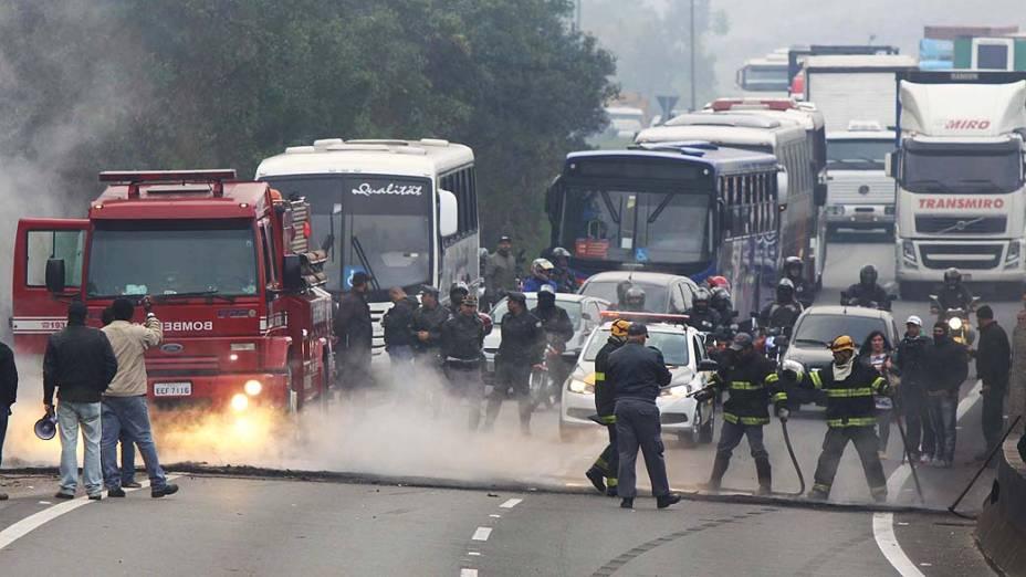 Sindicalistas bloqueiam o sentido interior da Rodovia Anhanguera, na altura do KM 30 em Cajamar, SP, na manhã desta quinta-feira (11)