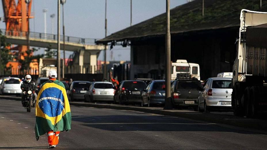 Estivadores na manhã desta quinta-feira (11), na Avenida Portuária de Santos (SP). Os estivadores reivindicam melhores condições de trabalho