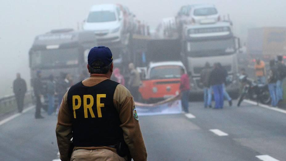 Sindicalistas pararam logo cedo a Via Dutra na altura do quilômetro 146/147, em São José dos Campos(SP)
