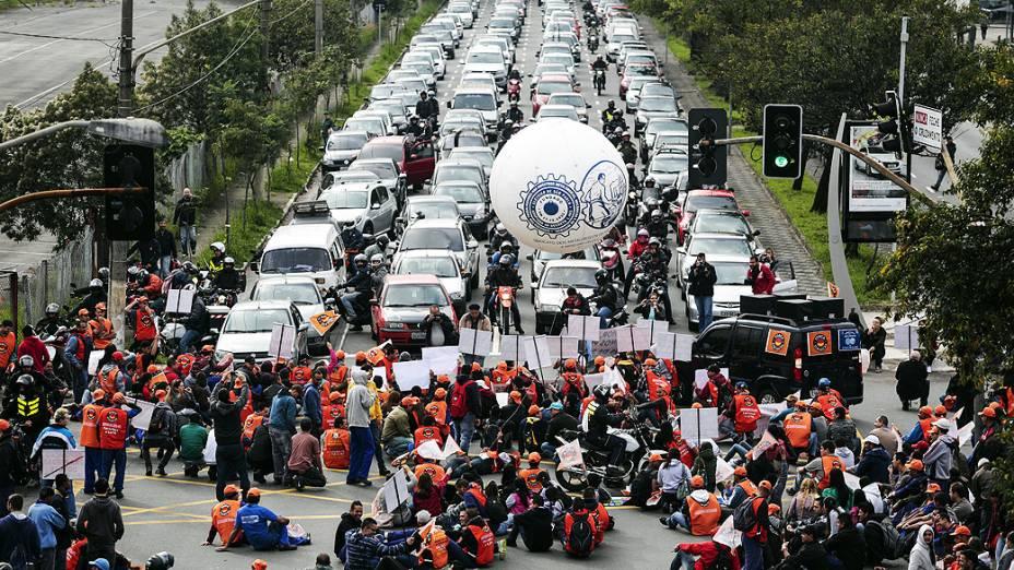 Sindicalistas bloqueiam as principais avenidas da cidade de São Paulo, na manhã desta quinta-feira (11)