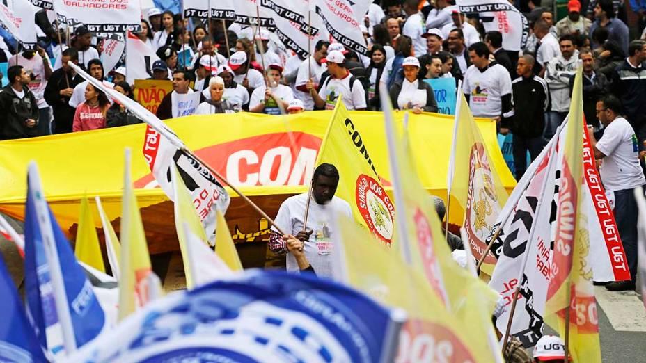 Sindicalistas bloqueiam a região da rua 25 de Março em São Paulo, na manhã desta quinta-feira (11)
