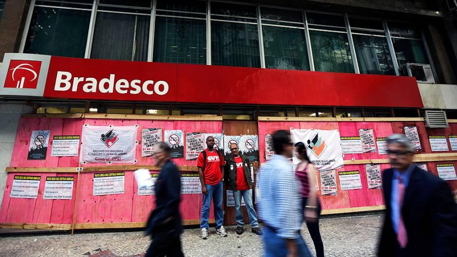 Agências bancárias colocam tapumes nos bancos do centro do Rio de Janeiro (RJ), nesta quinta (11)