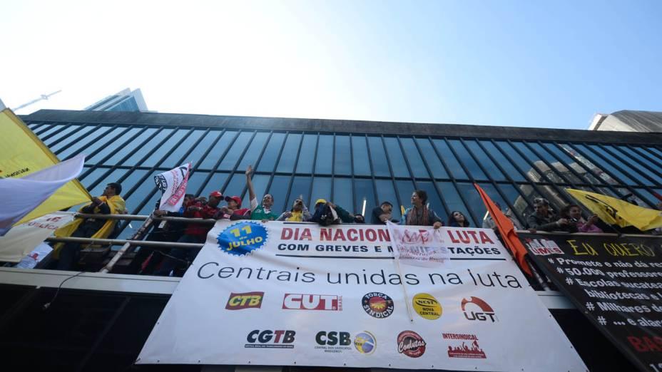 Sindicalistas na avenida Paulista, que se preparam para ato de centrais sindicais, no Dia Nacional de Luta
