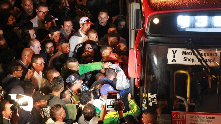 Passageiros tentam pegar ônibus próximo a Estação Corinthians-Itaquera, linha 3-vermelha do metrô, na manhã desta quarta-feira