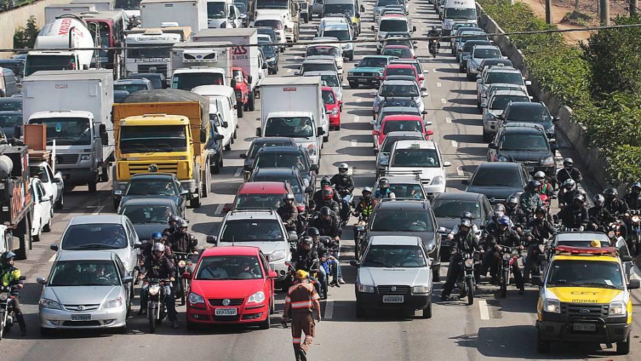 Transito congestionado na Marginal Pinheiros sentido Interlagos, altura da Ponte Cidade Universitaria, zona oeste de São Paulo