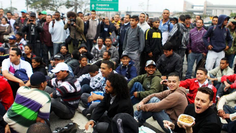 Movimentação próxima a estação Corinthians-Itaquera do metrô durante a greve