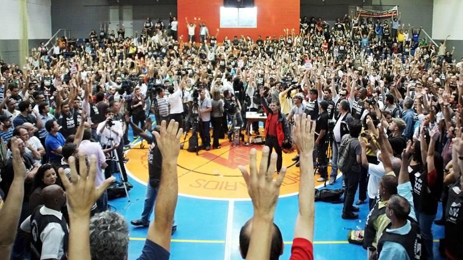 Metroviários fazem nova assembleia para decidir o fim da greve