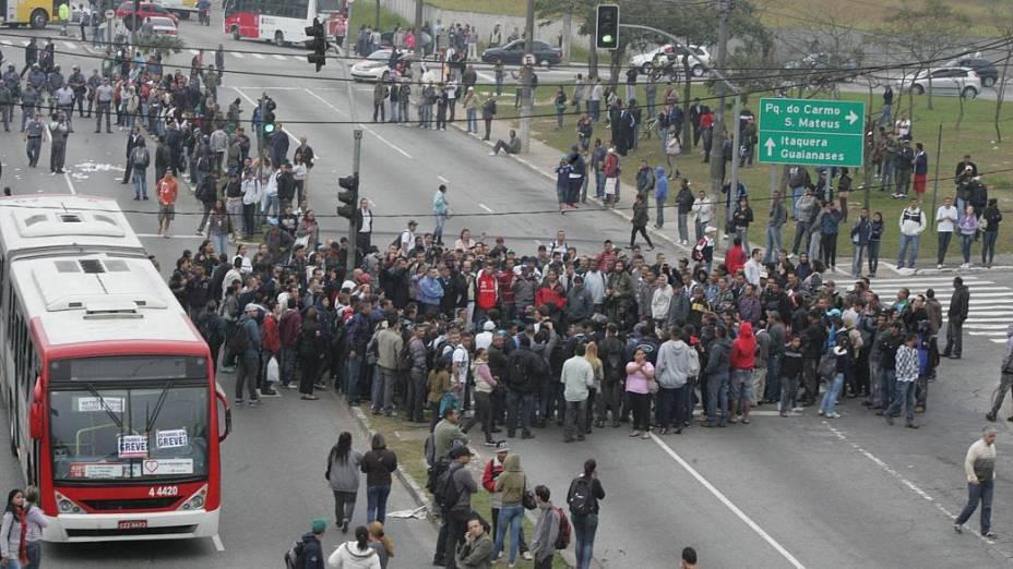 Passageiros de ônibus e do metrô fechavam, por volta das 7h40 desta quarta-feira, a Radial Leste, na zona leste de São Paulo, em protesto contra a greve que deixa as linhas 1-azul, 2-verde e 3-vermelha do metrô operando parcialmente e deixa paradas as linhas 11-coral e 12-safira da CPTM