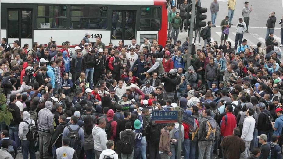 Passageiros de ônibus e do metrô fechavam, por volta das 7h40 desta quarta-feira, a Radial Leste, na zona leste de São Paulo, em protesto contra a greve