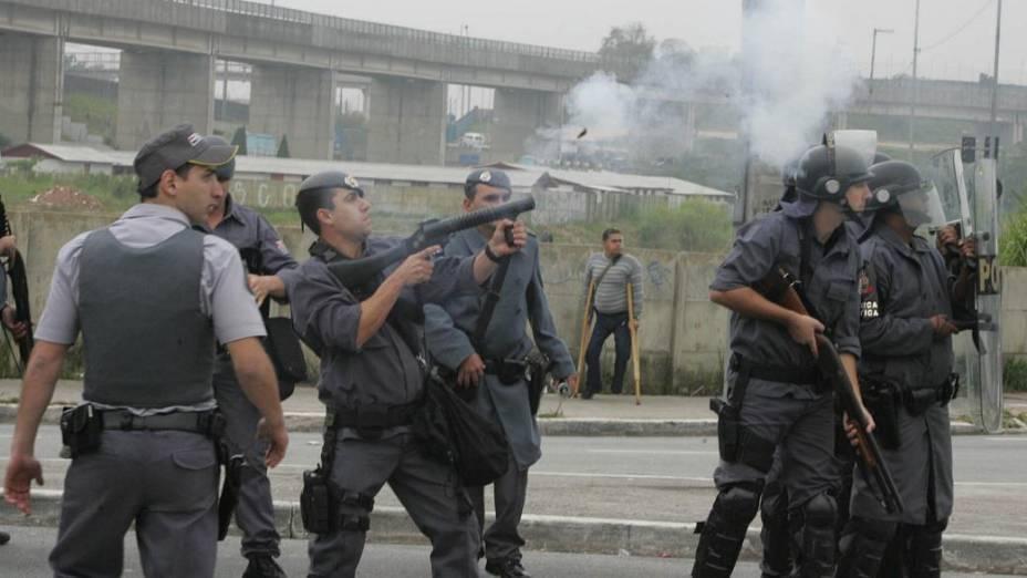 Polícia tenta dispersar manifestação na Zona Leste