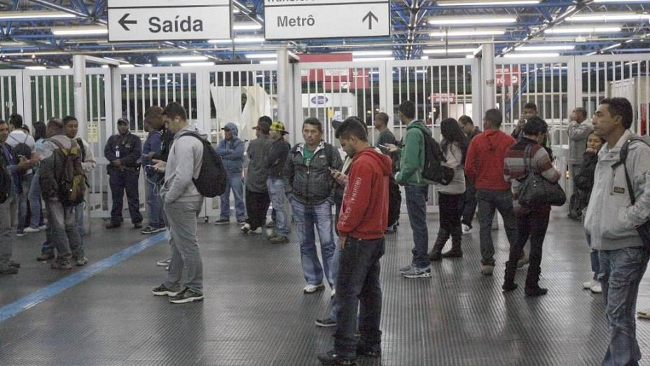 Estação Tatuapé amanheceu com acessos ao metrô e trens fechados nesta quarta