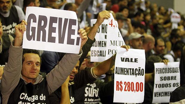 Metroviários realizam assembleia para decidir greve em SP