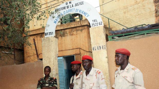 guardas-vigiam-a-entrada-da-prisao-civil-de-niamey-no-niger-original.jpeg