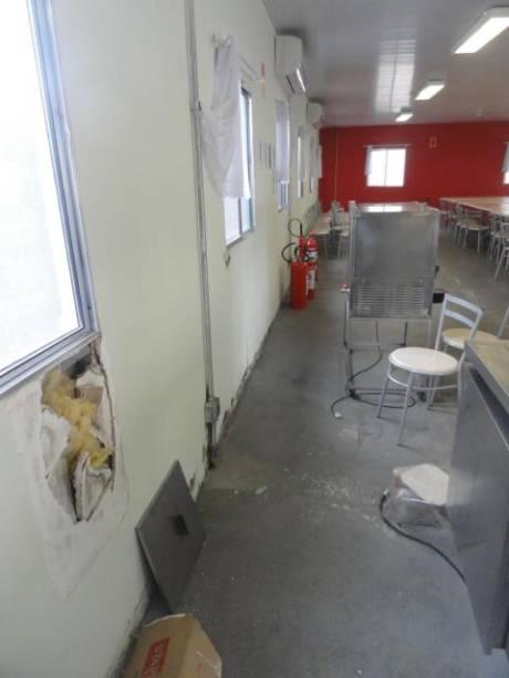 No campus de Guarulhos da Universidade Federal de São Paulo (Unifesp), o refeitório funciona em um galpão. Nota-se buracos na parede do local, comprometendo a higiene da cozinha