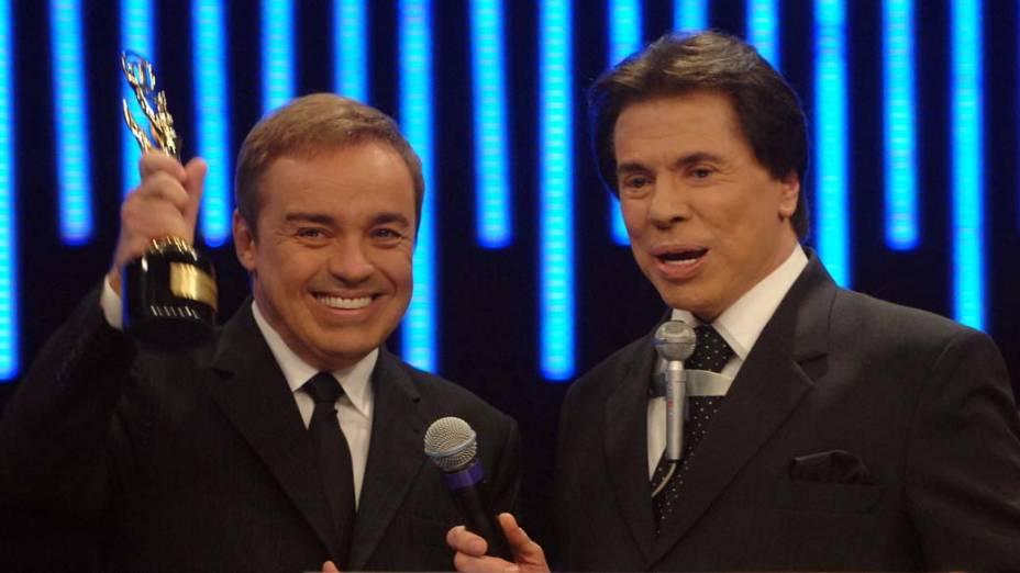 Gugu Liberato, vencedor na categoria Melhor Programa de Auditório 2004, e Silvio Santos na cerimônia de entrega da 50ª edição do Troféu Imprensa, no SBT