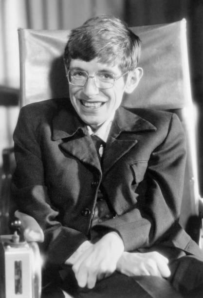 <p>Stephen Hawking é conhecido pelo trabalho em buracos-negros. Ele também escreveu o livro Uma Breve História do Tempo (1988), que descreve conceitos complexos de maneira simples</p>