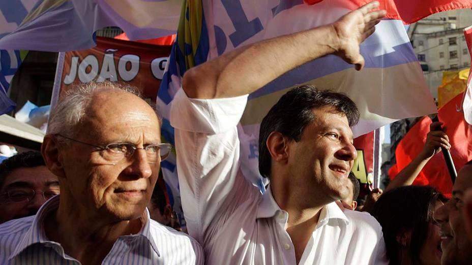 O candidato à prefeitura de São Paulo pelo PT, Fernando Haddad, ao lado de Eduardo Suplicy, faz caminhada pelo centro no primeiro dia de sua campanha eleitoral em São Paulo