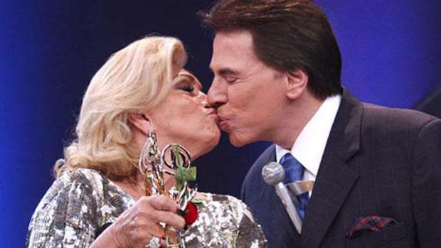 Depois de muita insistência dela, Silvio Santos dá um selinho em Hebe Camargo na entrega do Troféu Imprensa 2009