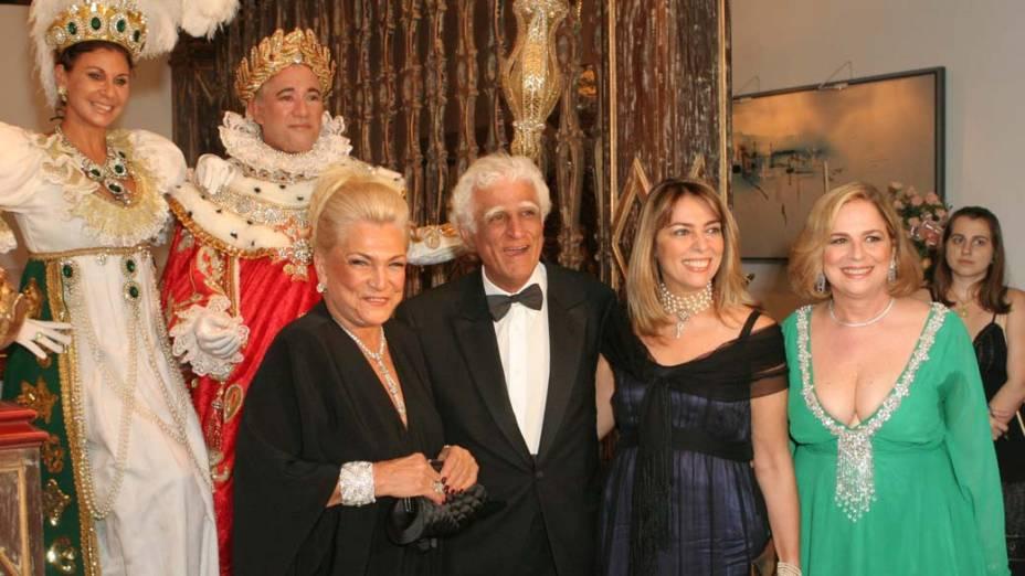 Hebe Camargo, Ziraldo, Márcia Martins, sua esposa, e Hildegard Angel durante o jantar de gala organizado por Dona Lily Marinho em homenagem aos 200 anos da chegada da famÌlia real ao Brasil