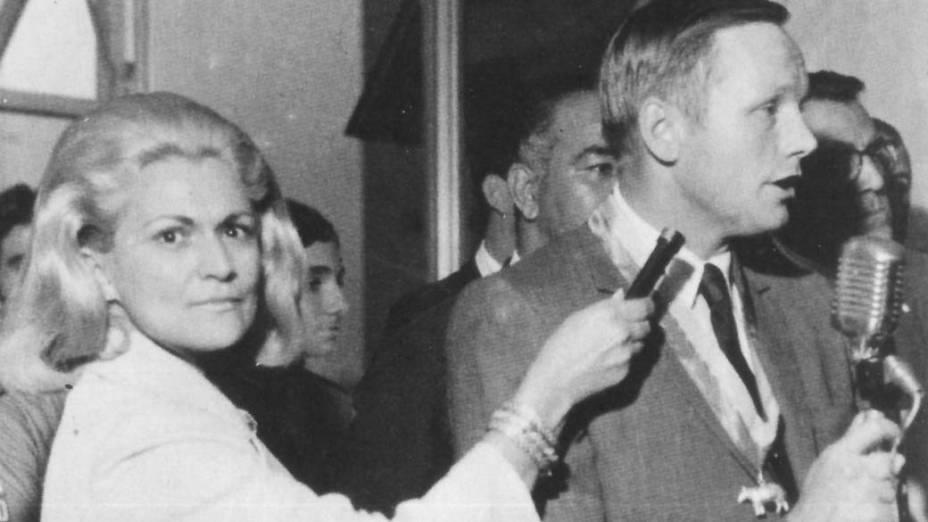 Hebe Camargo entrevistando o astronauta Neil Armstrong, na editora Bloch, três meses depois de sua viagem à Lua em 1969