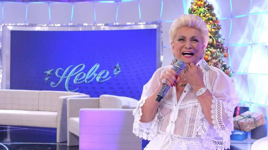 """Hebe camargo sem peruca usando blusa transparente sem sutiã, em seu programa """"Hebe"""", do SBT em 2010"""