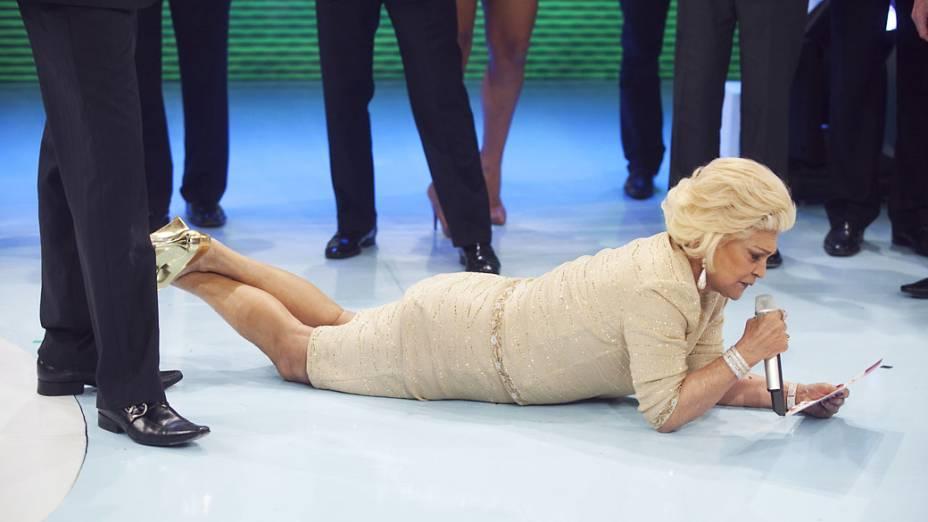 Hebe deitada durante apresentação do programa Teleton, do SBT em 2010