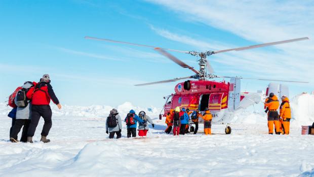Helicóptero desembarca os primeiros resgatados do navio russo Akademik
