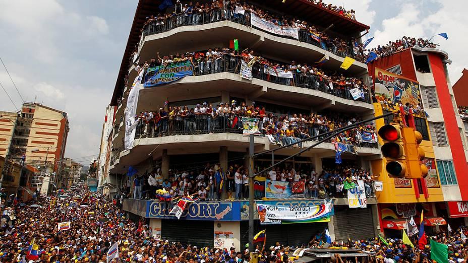 Apoiadores de Henrique Capriles, adversário de Maduro na eleição presidencial da Venezuela, lotam vias da cidade de Merida durante comício