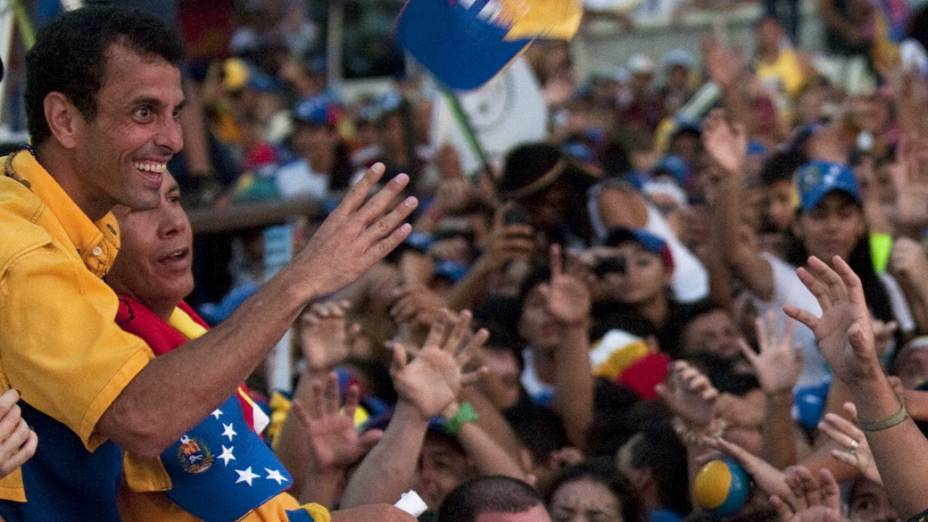 Candidato da oposição venezuelana, Henrique Capriles cumprimenta simpatizantes durante um comício de campanha