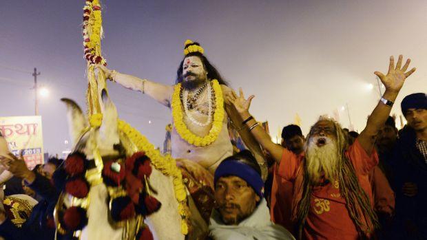 Naga Sadhus, ou homens sagrados hindus, fazem procissão até o Rio Ganges, em Allahabad, na Índia, durante a celebração do Kumbh Mela