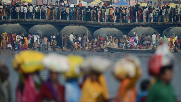 Milhões de hindus vão a Allahabad, na Índia, celebrar o Mauni Amavasya, considerado o dia mais auspicioso da festa Kumbh Mela