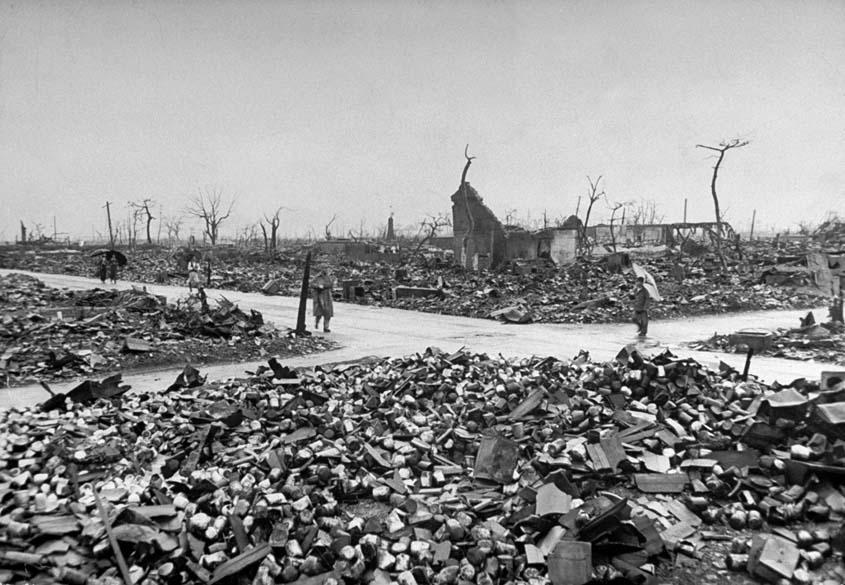 Vista de Hiroshima após o lançamento da bomba atômica. Estima-se que cerca de 90% da cidade tenha sido destruída com as explosões e incêndios