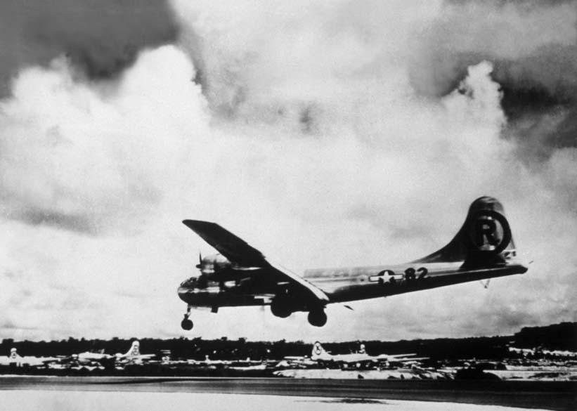 """O avião """"Enola Gay"""", modelo B-29, lançou a bomba atômica sobre Hiroshima. A aeronave recebeu este nome em homenagem à mãe do piloto Paul Tibbets, Enola Gay Tibbets"""
