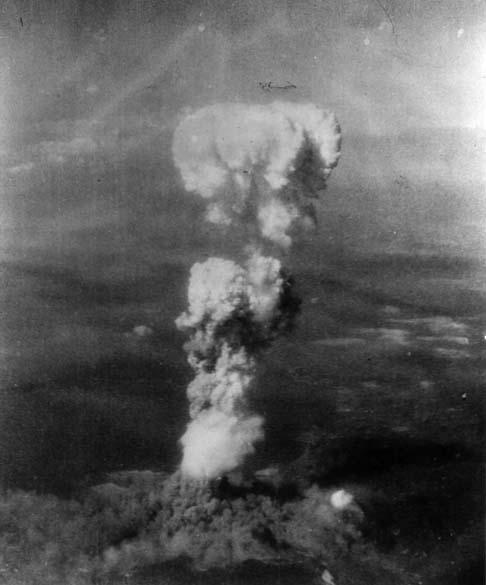 Em Hiroshima, vista aérea do cogumelo atômico, nome dado à nuvem de fumaça que se forma após a explosão da bomba atômica. Depois do ataque, a cidade ficou sem luz devido à espessa camada de fumaça que se formou, impedindo os raios de sol de passarem
