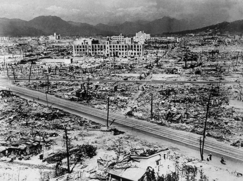 Hiroshima em foto de 1945. A explosão atingiu um raio de 2000 metros do marco zero da bomba, destruindo completamente uma área de oito quilômetros quadrados