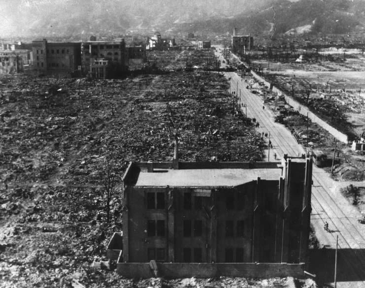 Alguns poucos edifícios, construídos com concreto armado para resistir a terremotos, foram capazes de resistir em Hiroshima