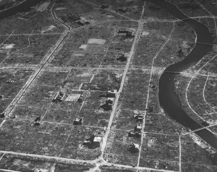 Foto de Hiroshima três semanas após a bomba. Além das explosões, incêndios eclodiram simultaneamente em toda a cidade, queimando o restante das casas e sobreviventes que haviam resistido aos primeiros minutos do ataque