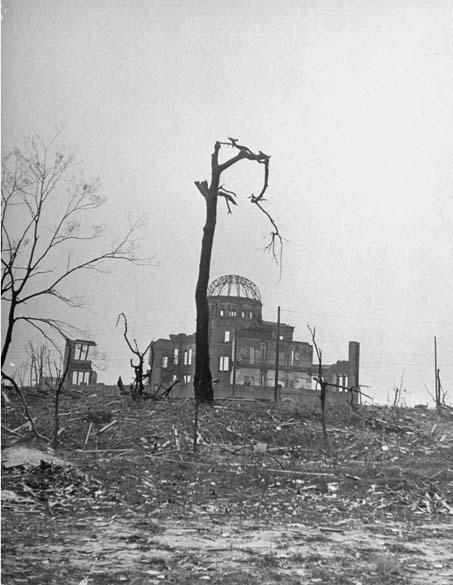 Algumas horas após o ataque, o governo japonês não tinha certeza do que havia ocorrido. A confirmação chegou apenas 16 horas depois, quando os Estados Unidos anunciaram oficialmente o bombardeio. Na foto, uma cena da destruição em Hiroshima