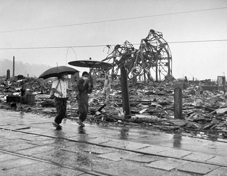 Estima-se que cerca de 70.000 pessoas tenham morrido instantaneamente com a explosão da bomba em Hiroshima. O calor e a radiação carbonizaram todos os que estavam no raio de dois quilômetros da bomba. Na foto, pessoas caminham pelas ruas algumas semanas após a explosão