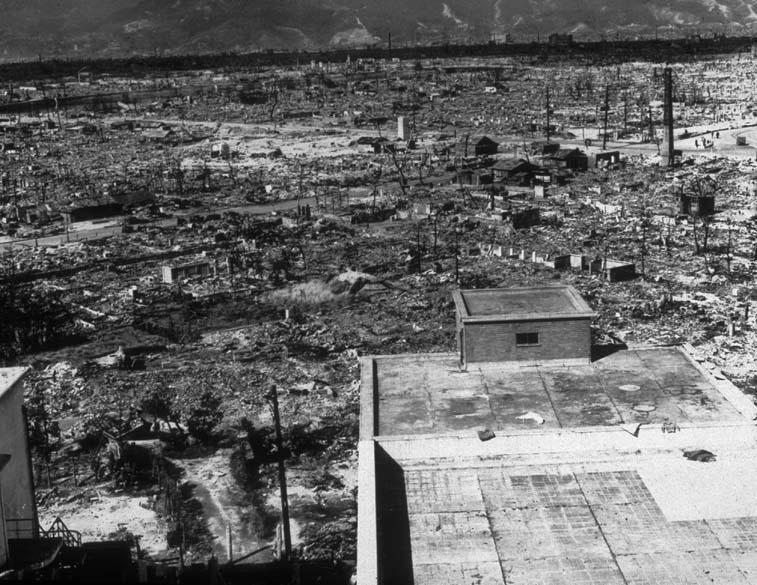 """Uma """"chuva negra"""", composto de detritos de radiação, atingiu a cidade após a explosão da bomba. Na imagem, uma cena da destruição de Hiroshima"""
