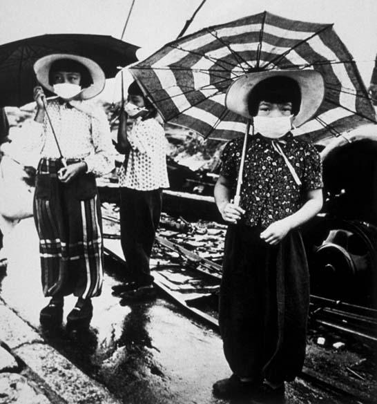 Nas ruas de Hiroshima, as crianças muniram-se de máscaras para enfrentar o cheiro dos corpos que estavam sob os escombros
