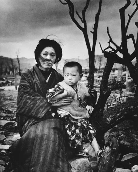 Em retrato de dezembro de 1945, mãe segura seu filho em frente à cidade de Hiroshima destruída. Eles são hibakusha, nome dado aos sobreviventes da bomba. Em contagem feita em 2008, havia 243.692 hibakusha reconhecidos oficialmente