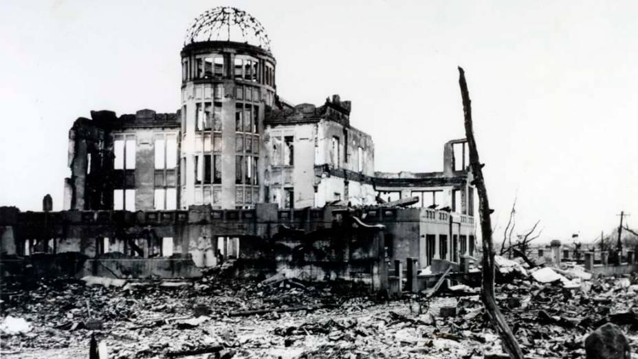 Destroços de edifício de um cinema em Hiroshima, depois da bomba em 1945. Construída pelo arquiteto checo Jan Letzel, a estrutura da cúpula manteve-se, apesar de estar localizada a apenas 150 metros do epicentro da explosão
