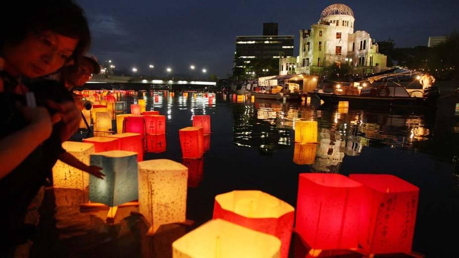 No rio Motoyasu, em frente ao Parque Memorial da Paz em Hiroshima, velas em lâmpadas de papel foram acesas em memória das vítimas da bomba atômica