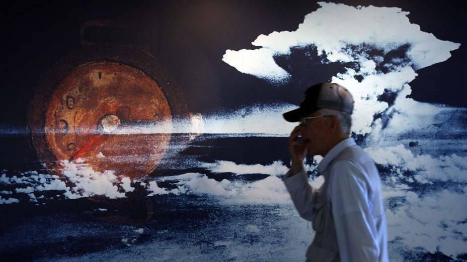 Homem visita o Museu do Memorial da Paz em Hiroshima, no Japão. A cidade tornou-se referência do movimento pacifista japonês, que lutou pela abolição total dos armamentos nucleares a nível mundial