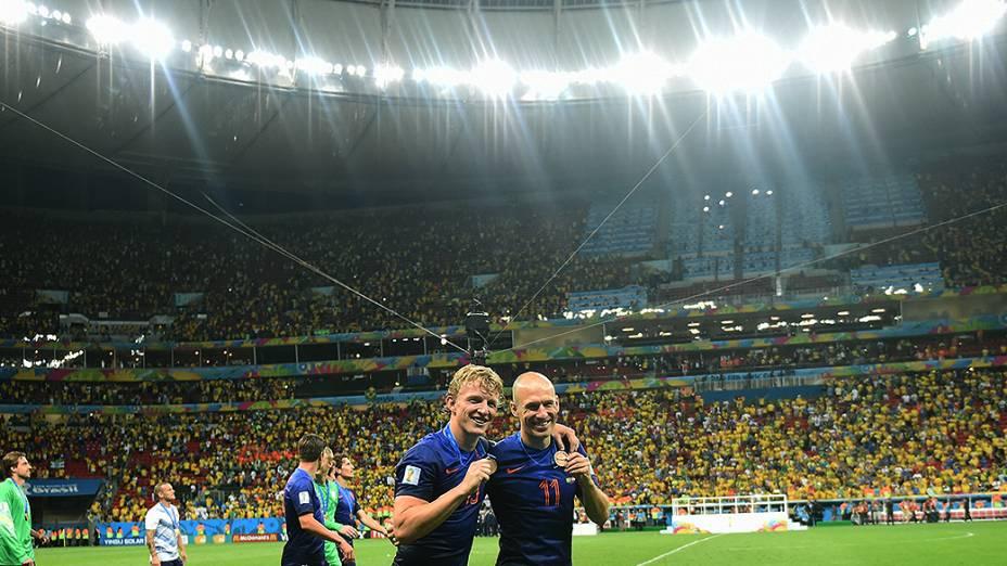 Os holandeses Kuyt e Robben exibem a medalha de bronze após vencerem o Brasil no Mané Garrincha, em Brasília
