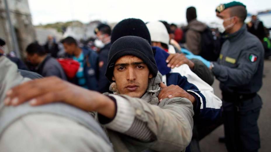 Refugiado tunisiano chega na ilha de Lampedusa, Itália